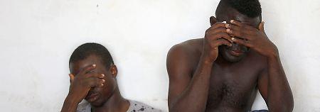 Diese zwei Flüchtlinge wurden bei ihrem Versuch, das Mittelmeer zu überqueren, von der libyschen Küstenwache aufgegriffen.