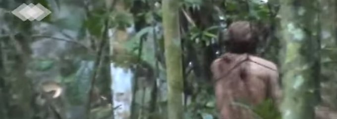 Das Video zeigt den Mann beim Holzfällen mit einer Axt.