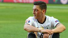 Mesut Özil war aufgrund seines Spielstils immer umstritten, sagt Autor Dietrich Schulze-Marmeling.