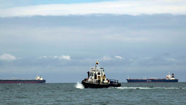 Riesige schwimmende Ziele: Bei der Einfahrt ins Rote Meer müssen Öltanker notgedrungen die Küstengewässer des Jemen passieren.