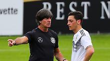 Ein Bild aus anderen Tagen: Jogi Löw spricht im Training mit Nationalspieler Mesut Özil.