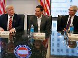 Schon 2016 zweifelte Apple-Chef Tim Cook (r.) an Trumps Zollpolitik. Nun dürfte sie den Konzern richtig Geld kosten.