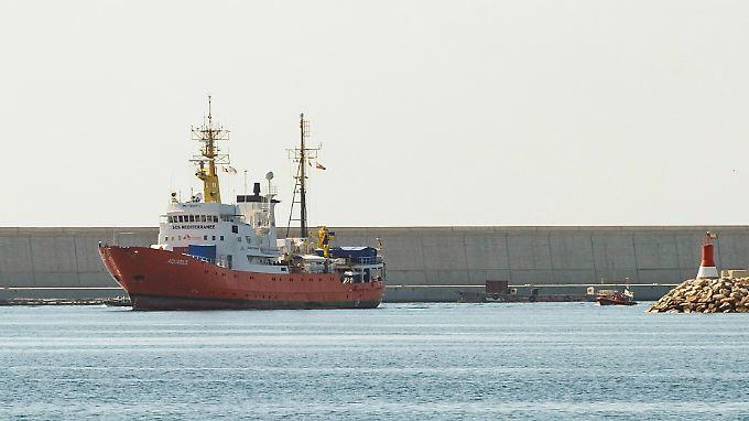 """Das Rettungsschiff """"Aquarius"""" der Hilfsorganisationen SOS Méditerranée und Ärzte ohne Grenzen, hat den Hafen von Marseille nach einem Monat verlassen."""