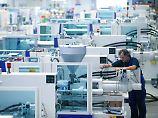 Ein Monteur arbeitet an der Fertigung einer Kunstoffmaschine bei KraussMaffei in Allach bei München.