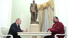 Der russische Präsident Wladimir Putin verlieh Steven Seagal 2016 die russische Staatsbürgerschaft.