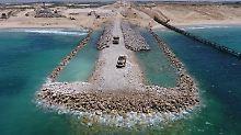Die fertige Barriere soll 50 Meter breit und sechs Meter hoch sein.