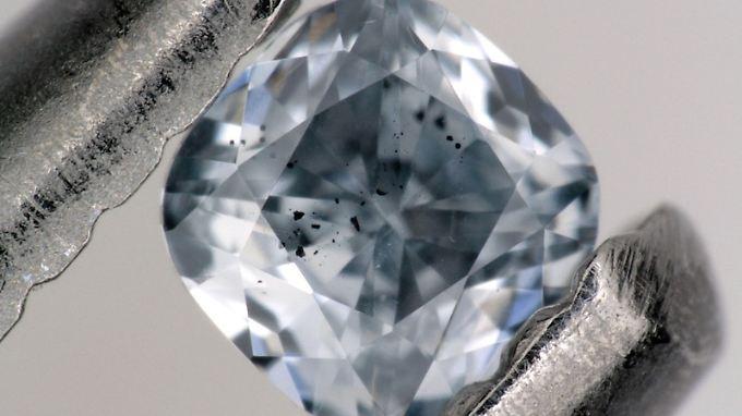 Blauer Bor-haltiger Diamant mit dunklen Einschlüssen eines Minerals, das als Ferroperiklas bezeichnet wird. Er wurde im Rahmen dieser Studie untersucht und wiegt 0,03 Karat.