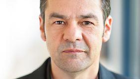 Kai Hafez hat den Lehrstuhl für die vergleichende Analyse Mediensystemen an der Universität Erfurt.