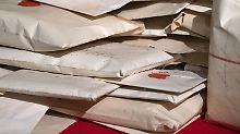Rund 1000 zufällig entdeckte Briefe werden im Neuen Palais in Potsdam vorgestellt.