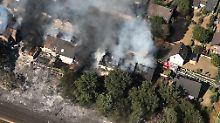Der brennende Straßenzug von oben. Einige Häuser müssen womöglich abgerissen werden.
