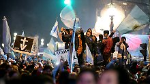Abtreibungsgegner feiern das Abstimmungsergebnisses, anderen Ende der Plaza del Congreso trauern die Abtreibungsbefürworter.