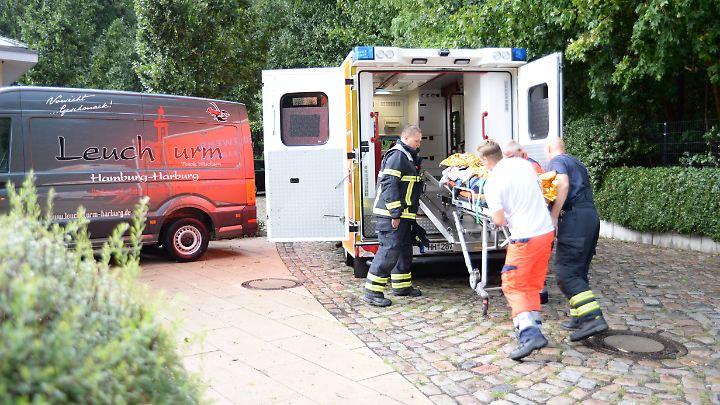 In Hamburg werden zwei Jugendliche durch einen herabstürzenden Baum verletzt.