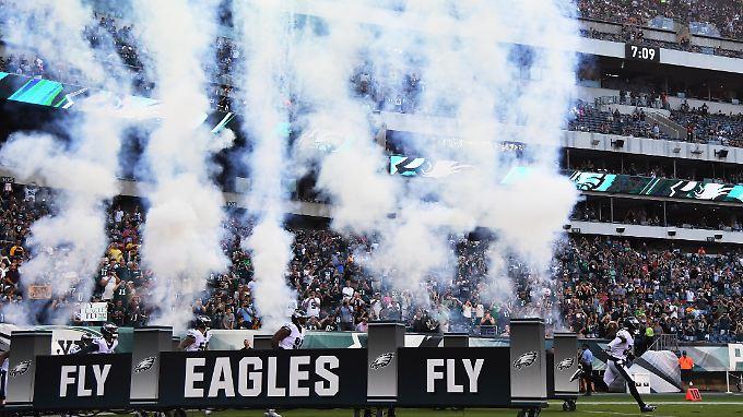 Vor dem Testspiel der Philadelphia Eagles setzten einige NFL-Profis während der Hymne den Protest gegen Rassismus und Polizeigewalt fort.