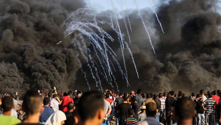 An an diesem Freitag demonstrieren Palästinenser an der Grenze zwischen dem Gazastreifen und Israel.