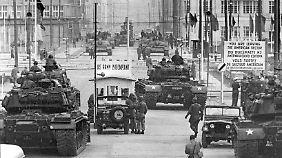 Berlin 1961: Sowjetische (hinten, T 54) und US-amerikanische Panzer stehen sich an der Sektorengrenze in der Friedrichstraße gegenüber.