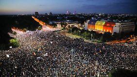 In Bukarest hatten sich Zehntausende Demonstranten vor dem Regierungssitz versammelt.