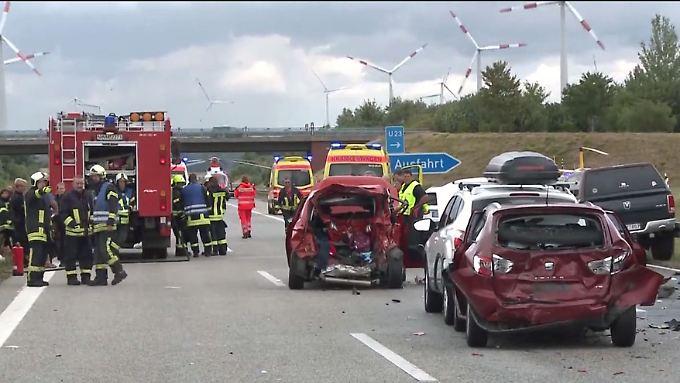 Tote bei Mehrfachcrash nahe Rostock: 46-Jährige rast ungebremst in Auto einer Familie