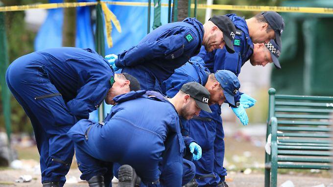 Mit welcher Waffe wurden die Schüsse abgegeben? Die Polizei in Manchester sichert Spuren.