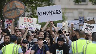 Ein Jahr nach Charlottesville: Tausende Demonstranten stellen sich Rechten entgegen