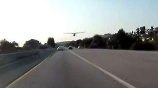 Kaum zu glauben, aber wahr: Kleinflugzeug legt perfekte Notlandung auf Highway hin