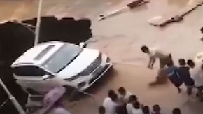 Schwere Unwetter in China: Passanten retten Auto vor klaffendem Erdloch