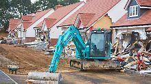 """""""Er sah glücklich aus"""": Arbeiter demoliert Häuserzeile mit Bagger"""