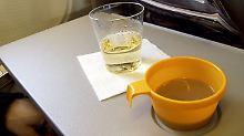 Keime im Flugzeug: Vor allem Klapptische und Griffe sind belastet