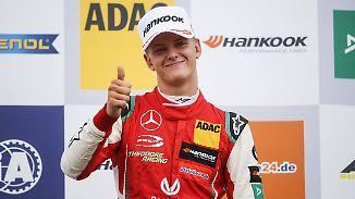 Mick Schumacher freut sich über seinen zweiten Sieg.