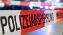 Unfallfahrer ist flüchtig: 55-jähriger Radfahrer tot auf Straße gefunden