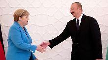 In der aserbaidschanischen Hauptstadt Baku trifft sich Bundeskanzlerin Merkel heute zu Gesprächen mit Präsident Ilhman Alijew.