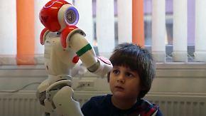 Hilfreich, weil sie keine Menschen sind: Roboter therapieren Kinder mit Autismus