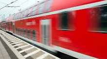 Massenschlägerei mit Verletzten: 20 Leute geraten in Regionalzug aneinander