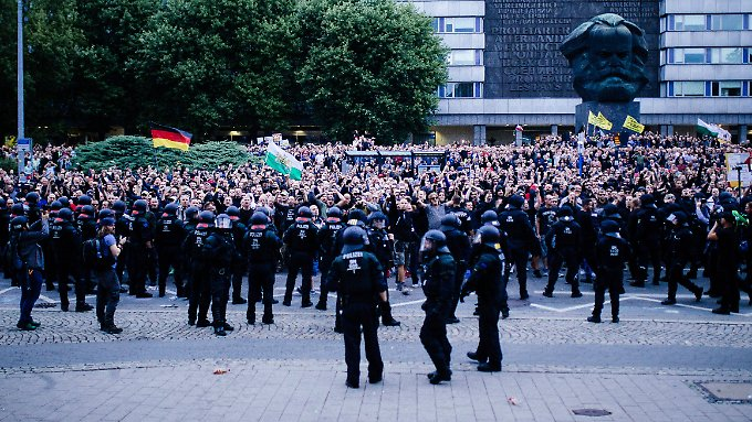 """""""Die Polizei in Sachsen ist in einer schwierigen Situation"""", sagt Bundesinnenminister Horst Seehofer."""