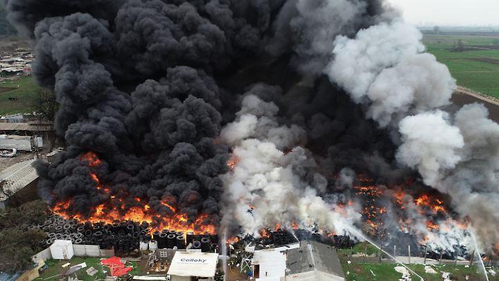 Nein, das ist nicht der Waldbrand in Brandenburg, dieses Foto stammt aus Chile. Dort brennt in Maipu ein großes Reifenlager.