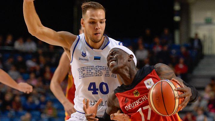 DBB-Star Dennis Schröder (r.) in Aktion gegen Martin Paasoja aus Estland.
