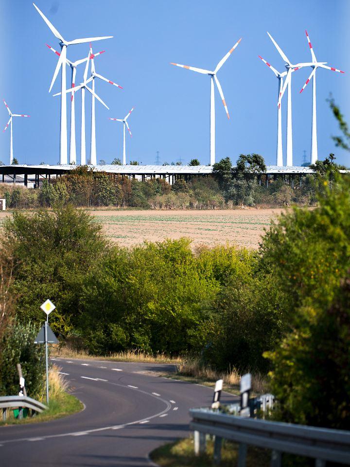 Windräder bei Nauen (Brandenburg).