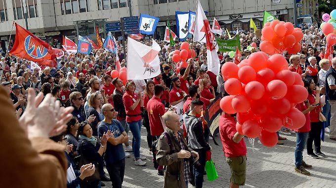 """In Gelsenkirchen gehen Tausende auf die Straße. Ihr Motto: """"Menschenrechte statt Rechter Hetze""""."""