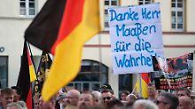 Rund 1300 Menschen folgten dem Aufruf mehrerer rechtsgerichteter Vereine, darunter das Dresdner Pegida-Bündniss.