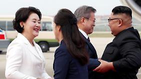 Herzlicher Empfang: Die Staatschefs und die First Ladys auf dem Flughafen von Pjöngjang.