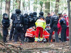 Nach Unglück im Hambacher Forst: Landesregierung setzt Räumung vorerst aus