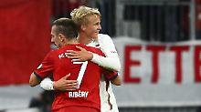 Da gibt's Glückwünsche vom Ex-Kollegen: Franck Ribéry gratuliert dem Torschützen Felix Götze.