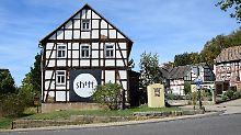 Nur das Shift-Plakat auf diesem verlassenen Fachwerkhaus (das die Shift-Gründer demnächst zu einem Dorfladen umbauen wollen) verrät, dass in Falkenberg Hochtechnologie entsteht.