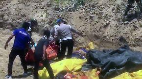 Tsunami-Warnung zu früh beendet?: Soldaten heben Massengräber auf Sulawesi aus