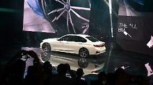 Mit einer echten Weltpremiere überrascht BMW das Publikum in Paris und lässt dort den neuen 3er vorfahren.