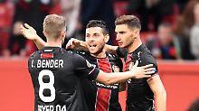 Lars Bender, Kevin Volland, Lucas Alario von Bayer 04 Leverkusen haben Grund sich zu freuen - die Pflichtaufgabe gegen Lanarka wurde gemeistert.