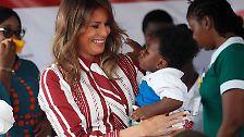 Auf ihrer ersten Solo-Auslandsreise als US-First Lady hat sich Melania Trump in Afrika der Bildung und Gesundheit von Kindern gewidmet.