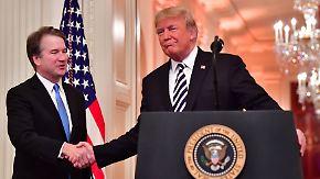 """Vereidigung als Richter auf Lebenszeit: Trump entschuldigt sich bei Kavanaugh für """"schreckliches Leid"""""""