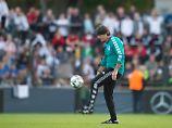 Er kann's noch: Joachim Löw wird für seine Jonglage-Einlage von den Fans gefeiert.