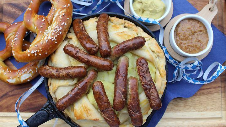 Unter dem aufgeklappten Mürbeteigdeckel verstecken sich Kartoffelbrei und leckeres Sauerkraut.