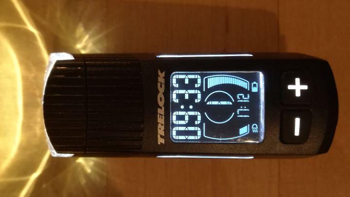 Der Trelock-Scheinwerfer bietet ein Display mit nützlichen Informationen.